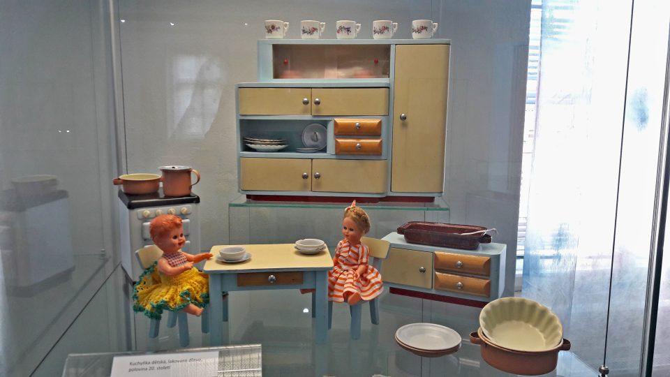 Dětská kuchyňka z lakovaného dřeva, polovina 20. století