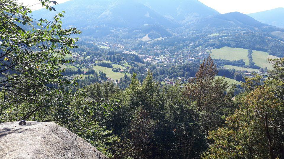 Z vrcholu Medvědí skály se nabízí překrásný výhled