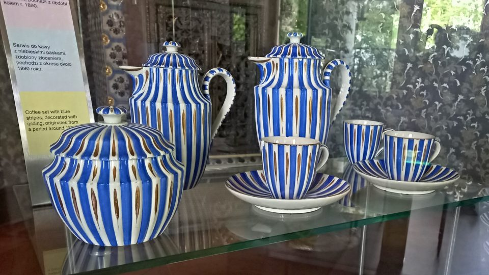 Kávová souprava zdobená zlatem pochází z období okolo roku 1890