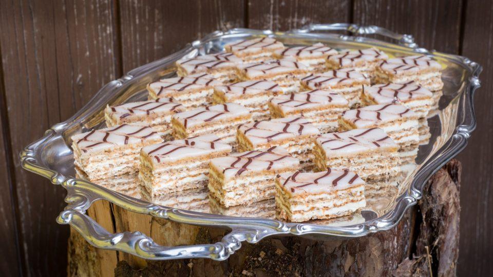 Esterházy řezy jsou vrstvený dezert z ořechového bezé