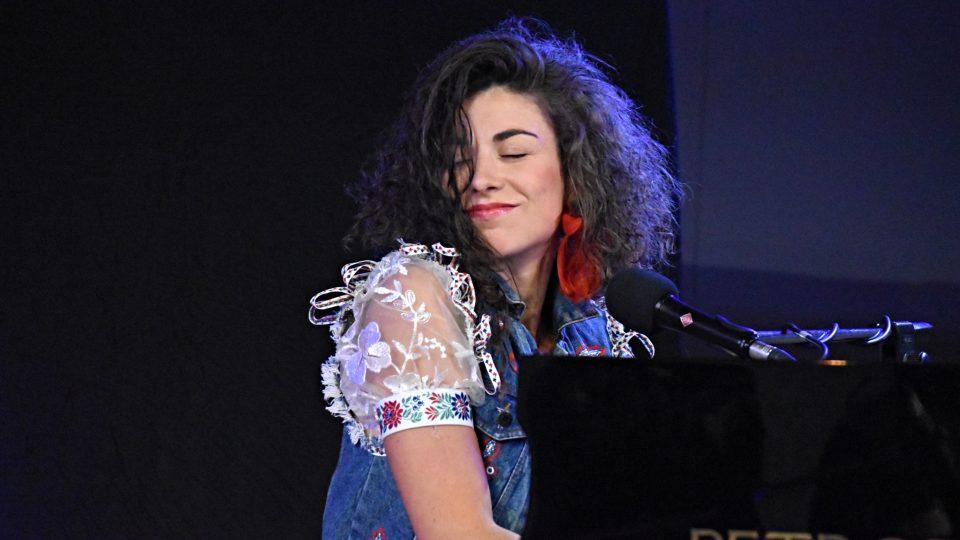 Písničkářka Kaczi za klavírem