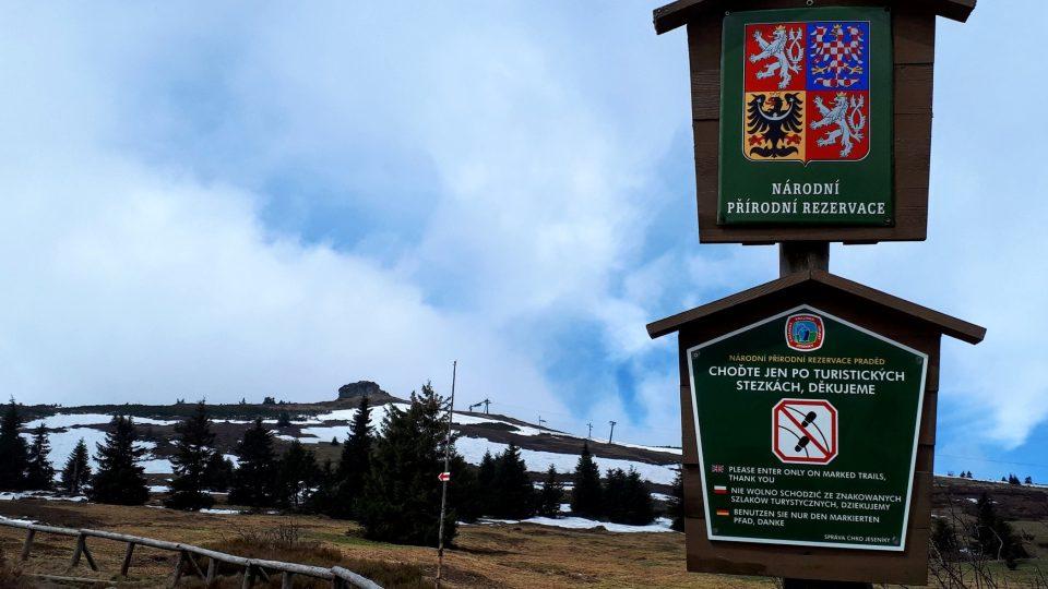 Tyto značky důrazně varují turisty, aby nechodili mimo vyznačené trasy.jpg