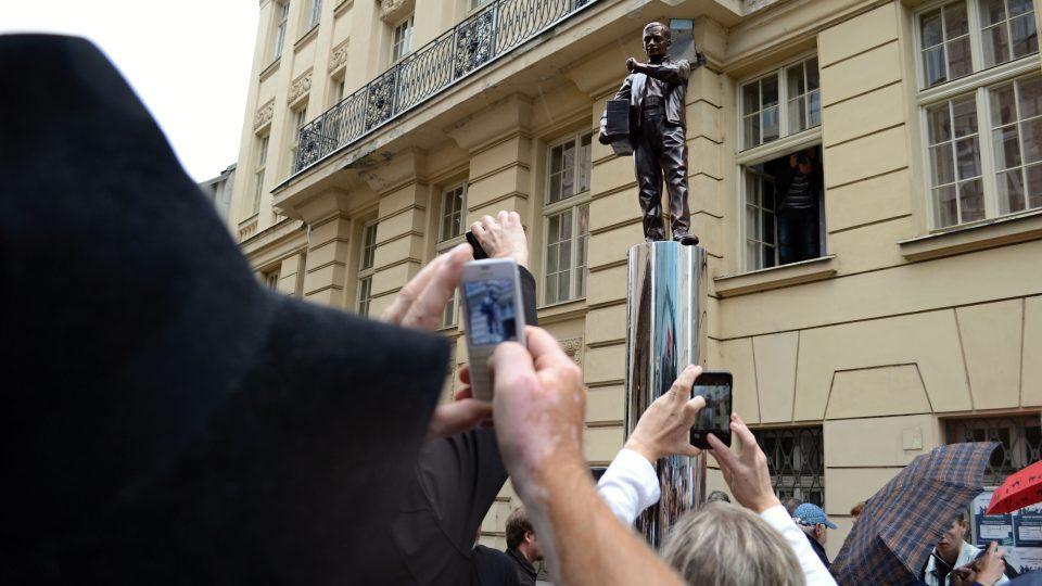 Socha Karla Kryla před budovou ostravského rozhlasu