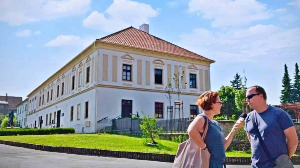 Historická budova obecního úřadu, nejstarší v obci. Na snímku redaktorka Petra Štrymplová a osvětový pracovník Petr Horák