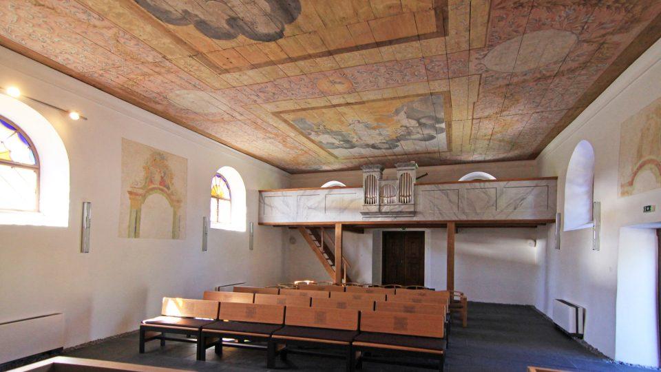 Pohled do kaple, vzadu dřevěný kůr s původními varhany