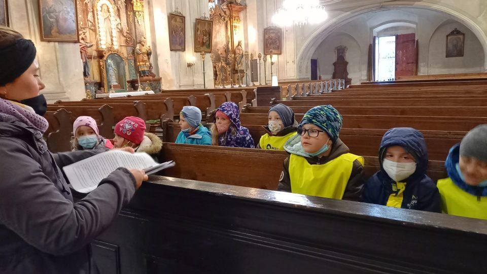 Budišovičtí předškoláci si v kostele užívají dobrodružnou pátračku