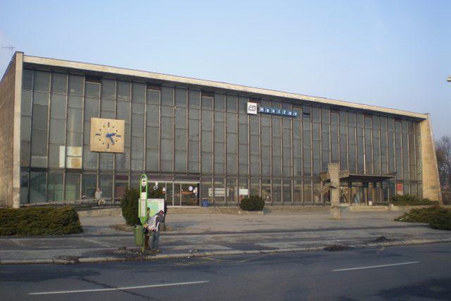 Budova vlakového nádraží v Havířově s plastikou Směrník v brutalistním stylu, přemístěnou v roce 2014