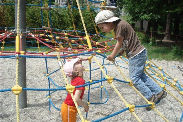 Děti na lanové přolézačce