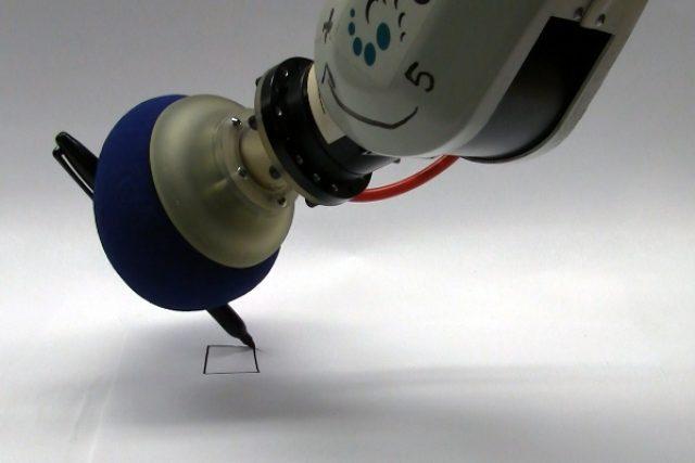 Robotická ruka píše i bez prstů