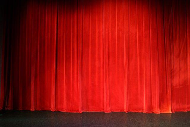 Divadelní opona (ilustr. obr.)