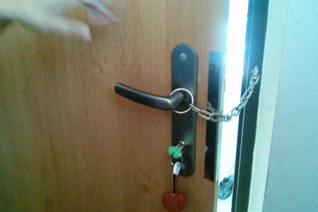 Vstupní dveře opatřené bezpečnostním řetízkem