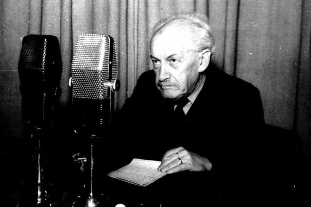 Zdeněk Nejedlý před mikrofonem   foto: Archivní a programové fondy Českého rozhlasu