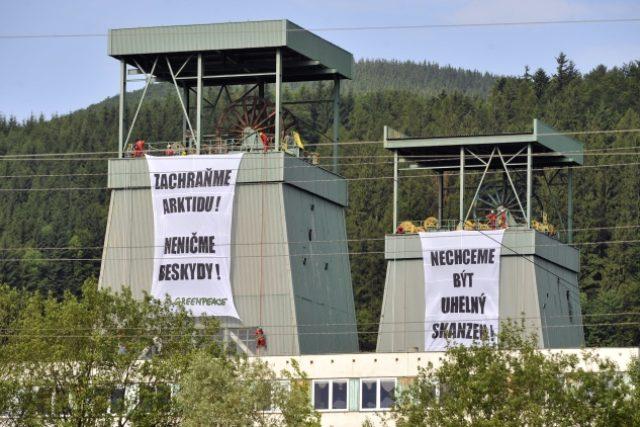 Bannery hnutí Greenpeace na těžních věžích ve Frenštátu pod Radhoštěm