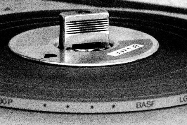 Magnetofonový pásek stroji   foto: Tomáš Černý,  Český rozhlas