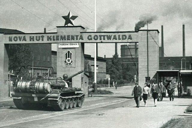 Sovětský tank před hlavní bránou Nové huti (21. 8. 1968)