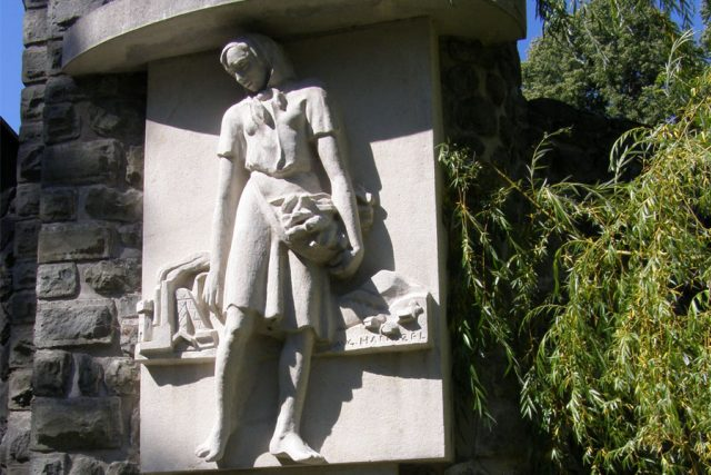 Pomník Maryčky Magdonové ve Starých Hamrech | foto: Daniel Baránek,   CC BY-SA 3.0