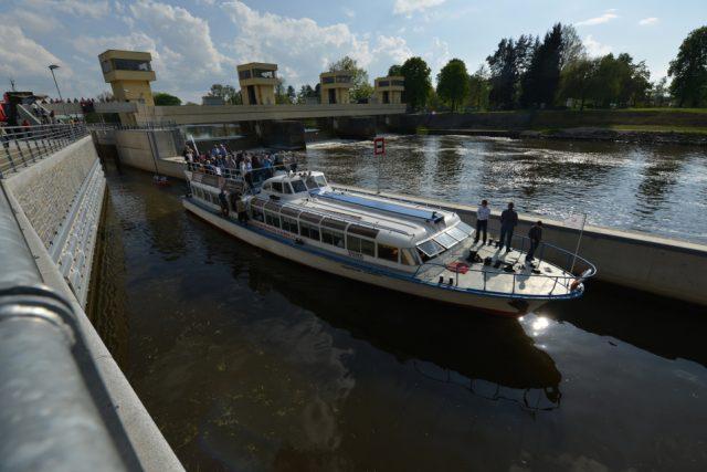 Díky nové plavební komoře v Hluboké nad Vltavou budou moci plout lodě z Českých Budějovic až na vodní nádrž Hněvkovice