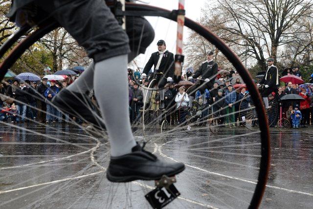 Pražská míle - jízda velocipedistů na historických vysokých kolech, kterou pořádá Český klub velocipedistů 1880
