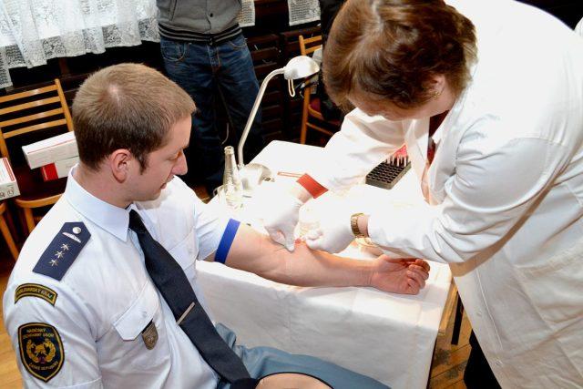 Hasiči, policisté i členové Vězeňské služby darovali v Sokolově krev kvůli registru dárců kostní dřeně