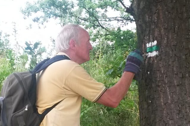 O malování značek se starají dobrovolníci z Klubu českých turistů už celá desetiletí