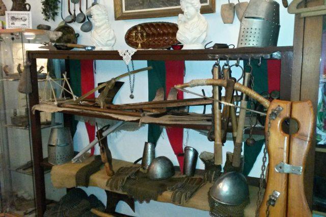 Repliky historických zbraní ve Vesnickém muzeu ve Starém Jičíně | foto: Romana Kubicová,  Český rozhlas