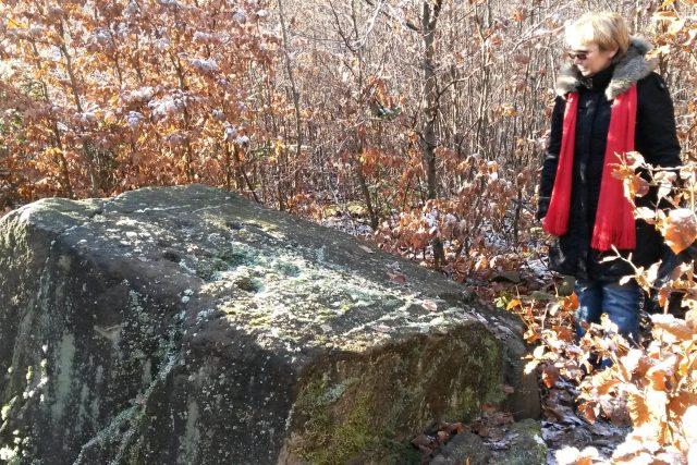 Badatelka Eva Halfotová u záhadného tyrského kamene