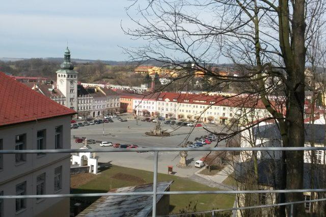 Centrální fulnecké náměstí. Pohled od Komenského lípy