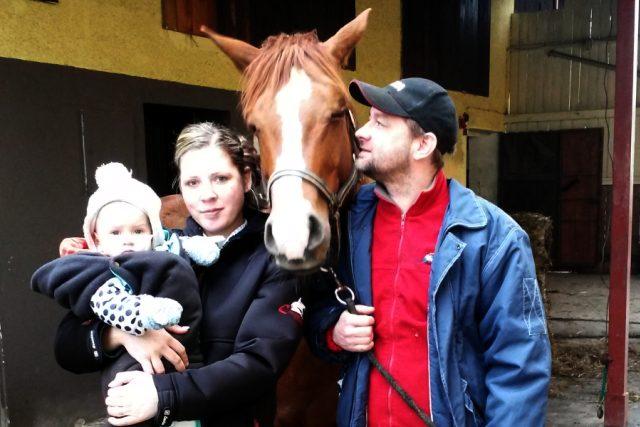 Rodina Křižánkova na své farmě v Karpentné