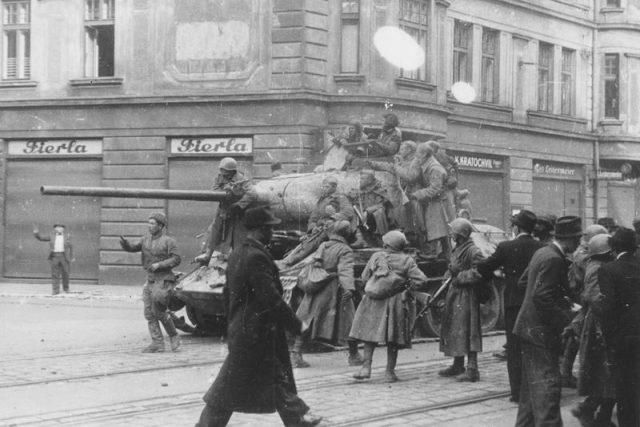 Československý tank s doprovodem sovětské pěchoty na Nádražní ulici v Moravské Ostravě