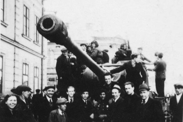 Sovětští vojáci v ulicích Vítkovic
