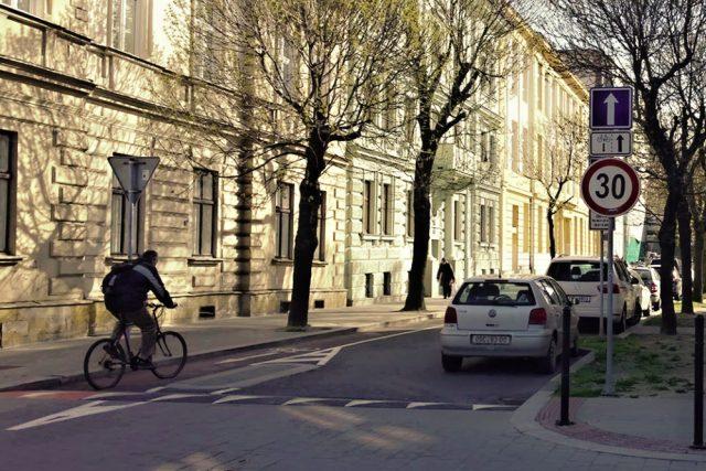Dopravní značka jednosměrná komunikace s dodatkovou tabulkou upozorňující na povolený vjezd cyklistů v protisměru | foto: František Tichý,  Český rozhlas