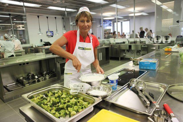 Kuchařka ve školní jídelně  (ilustrační foto)   foto: Filip Jandourek