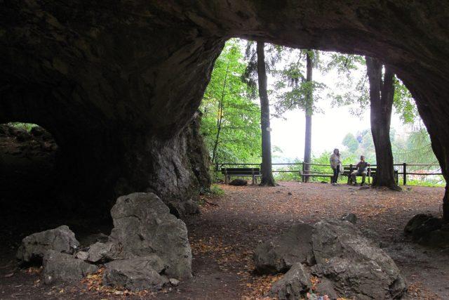 Posezení před jeskyní Šipka