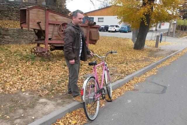"""Růžové """"obecní"""" kolo představuje starosta Radek Šimek"""