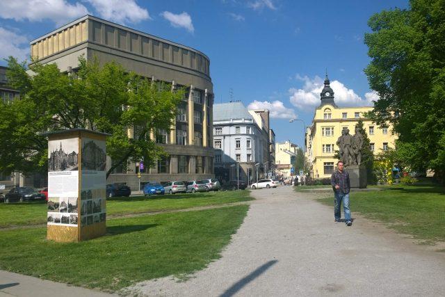 Zkratka, kterou si vyšlapali lidé napříč trávníkem náměstí E. Beneše v centru Ostravy