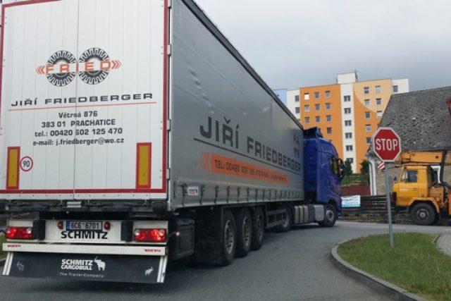 Kamiony ve Volyni obtížně projíždějí úzkými ulicemi, například ulicí Čelakovského