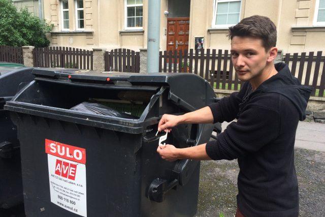 Kryštof Palme instaluje jeden ze svých háčků na kontejner u kampusu