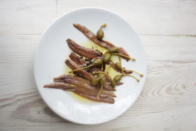 Ančovičky představují malé sardelky naložené ve slaném nálevu