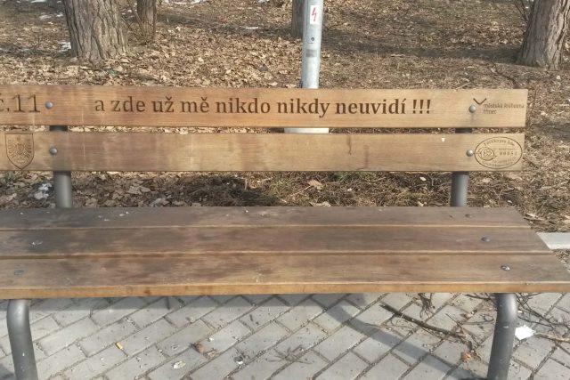 Jedna z třineckých laviček s příběhem, lavička č. 11