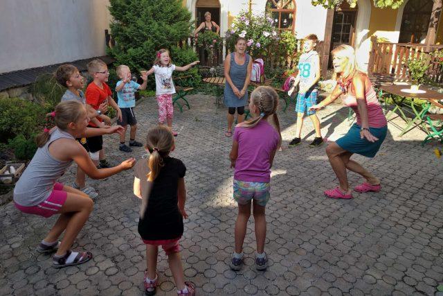 Děti z klubu Stromeček předvádějí indiánský pokřik