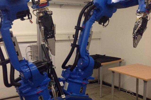 Na pražské ČVUT učí roboty podvolit se lidem. Tento robot dokáže perfektně skládat vyprané prádlo