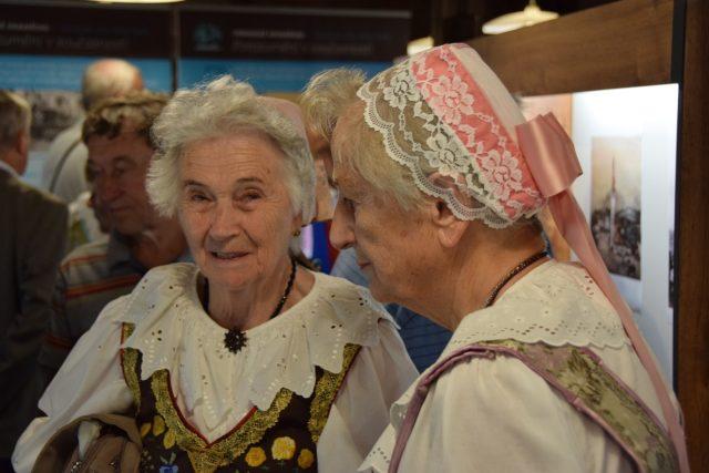 Christine Rösch (vlevo) na výstavě Osudová léta v Moravském Kravařsku 1945/46