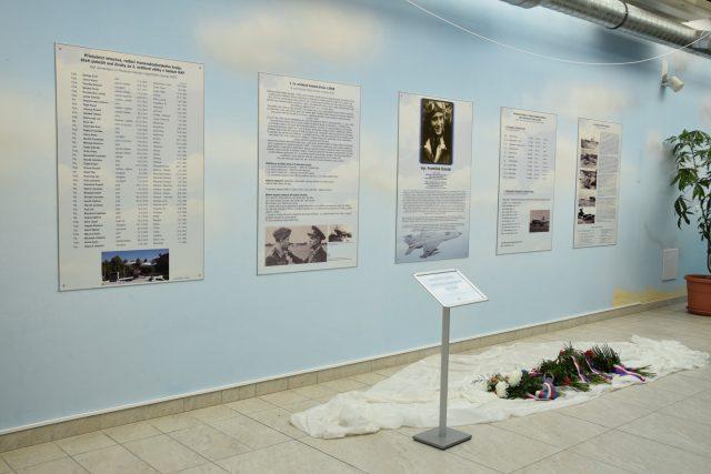 Panely věnované letcům a historii letiště Mošnov