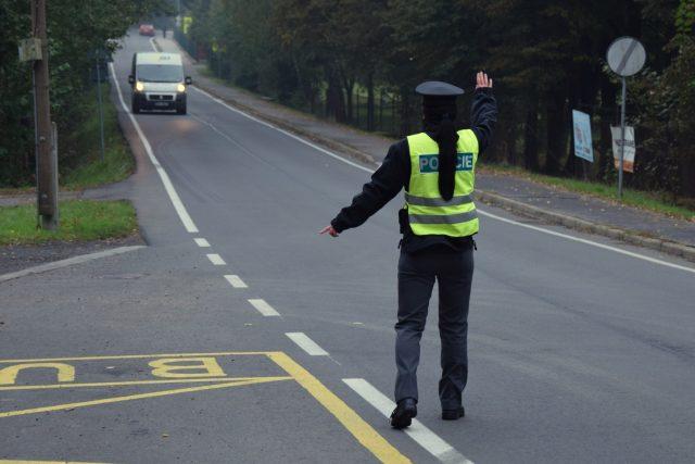 Budoucí policistka Stanislava Rašková zastavuje auto ke kontrole