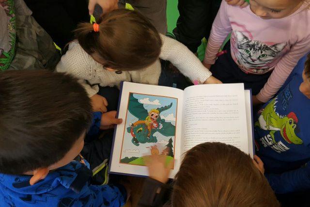 Děti a čtení (ilustrační obrázek)