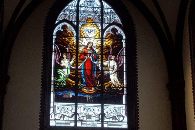 Unikátní vitráž v kravařském kostele