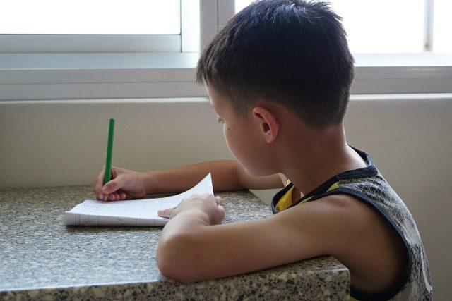 Studenti pomáhali dětem i s domácími úkoly