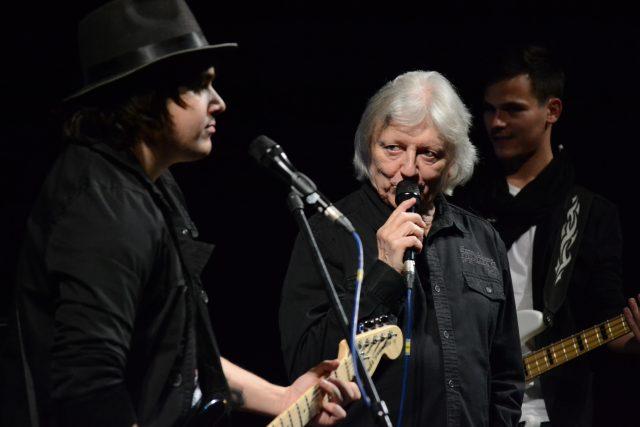 Filip Rácz a Václav Neckář. V pozadí vpravo baskytarista Ondřej Zahuta