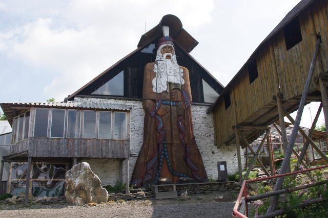 Díky řezbářské galerii Jiřího Halouzky je dnes Jiříkov hojně navštevován turisty. Láká je třeba obří Praděd