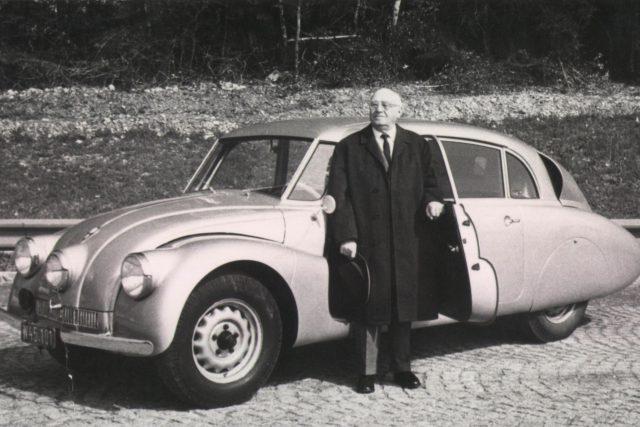 """Legendární kopřivnický konstruktér Hans Ledwinka před """"svou"""" Tatrou 87"""